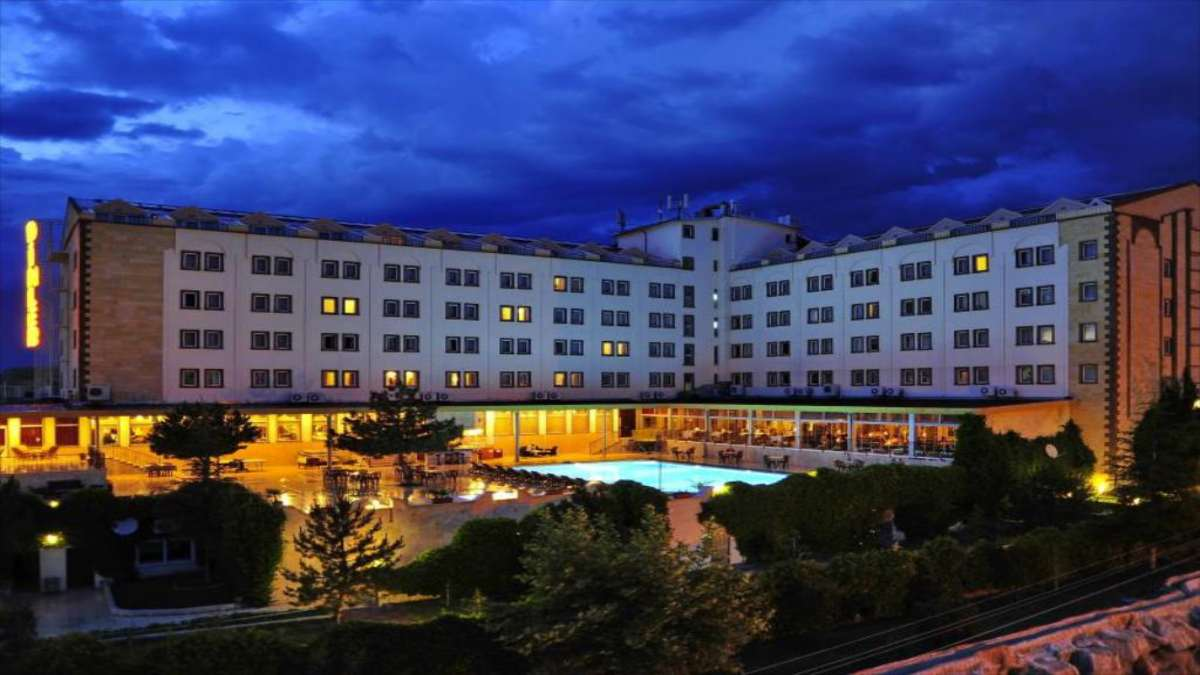 ξενοδοχείο φωτισμένο τη νύχτα