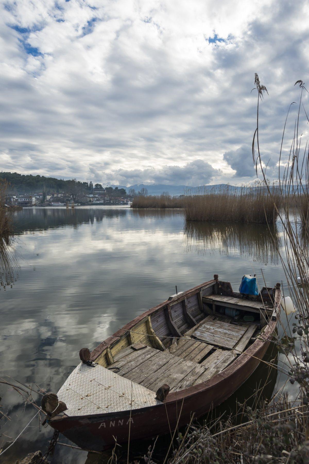 μοναστήρι νησάκι Ιωαννίνων βάρκα στη λίμνη