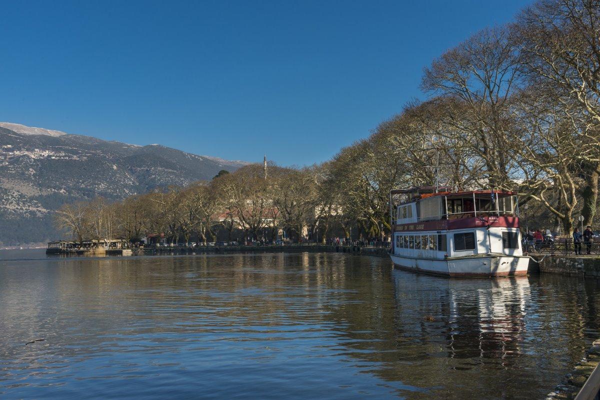 μοναστήρι νησάκι Ιωαννίνων θέα στη λίμνη