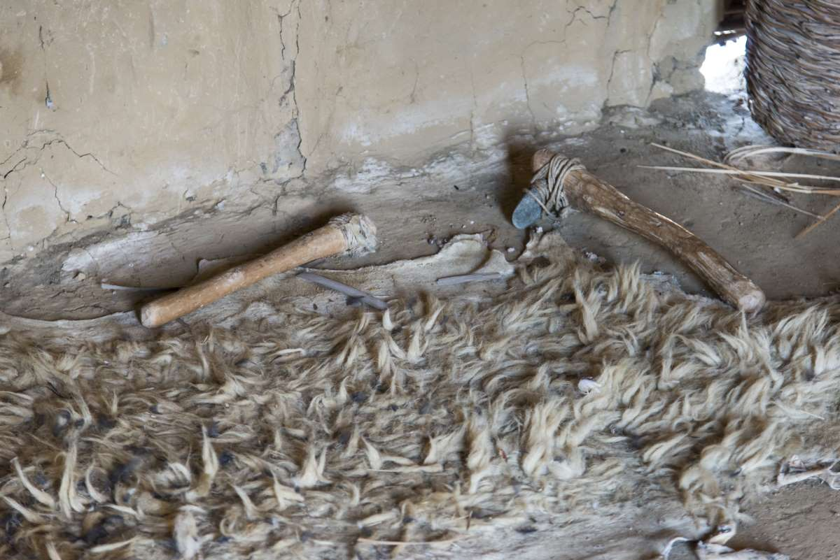Δισπηλιό Καστοριάς στο εσωτερικό της καλύβας