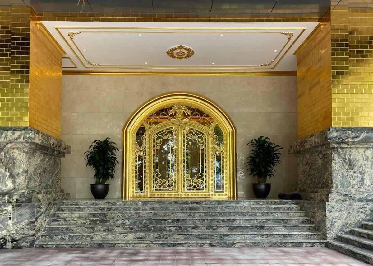 Επίχρυσο ξενοδοχείο Ανόι με φύλλα χρυσού στην είσοδο