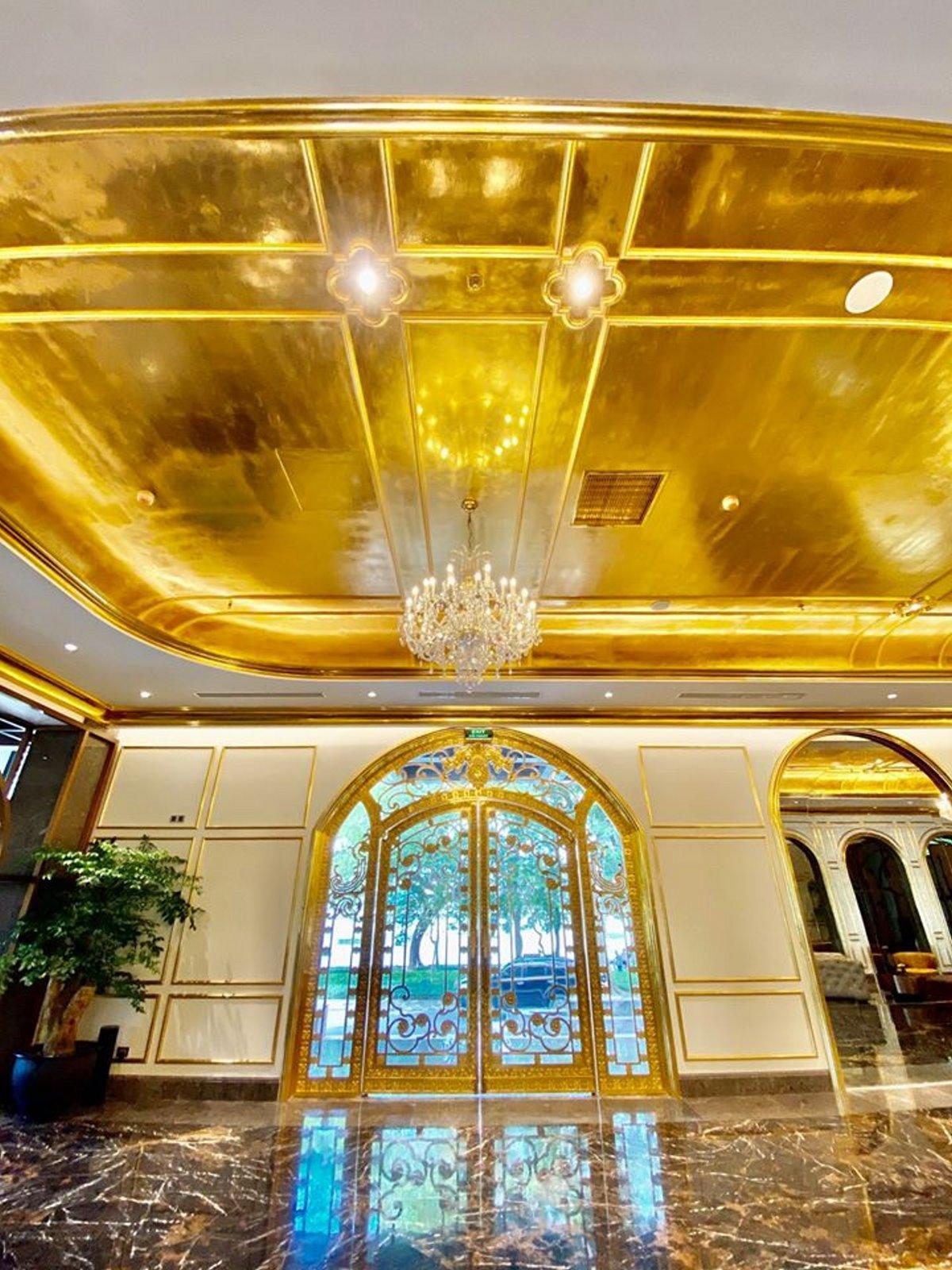Η οροφή του επίχρυσου ξενοδοχείου Ανόι εξωφρενική χλιδή