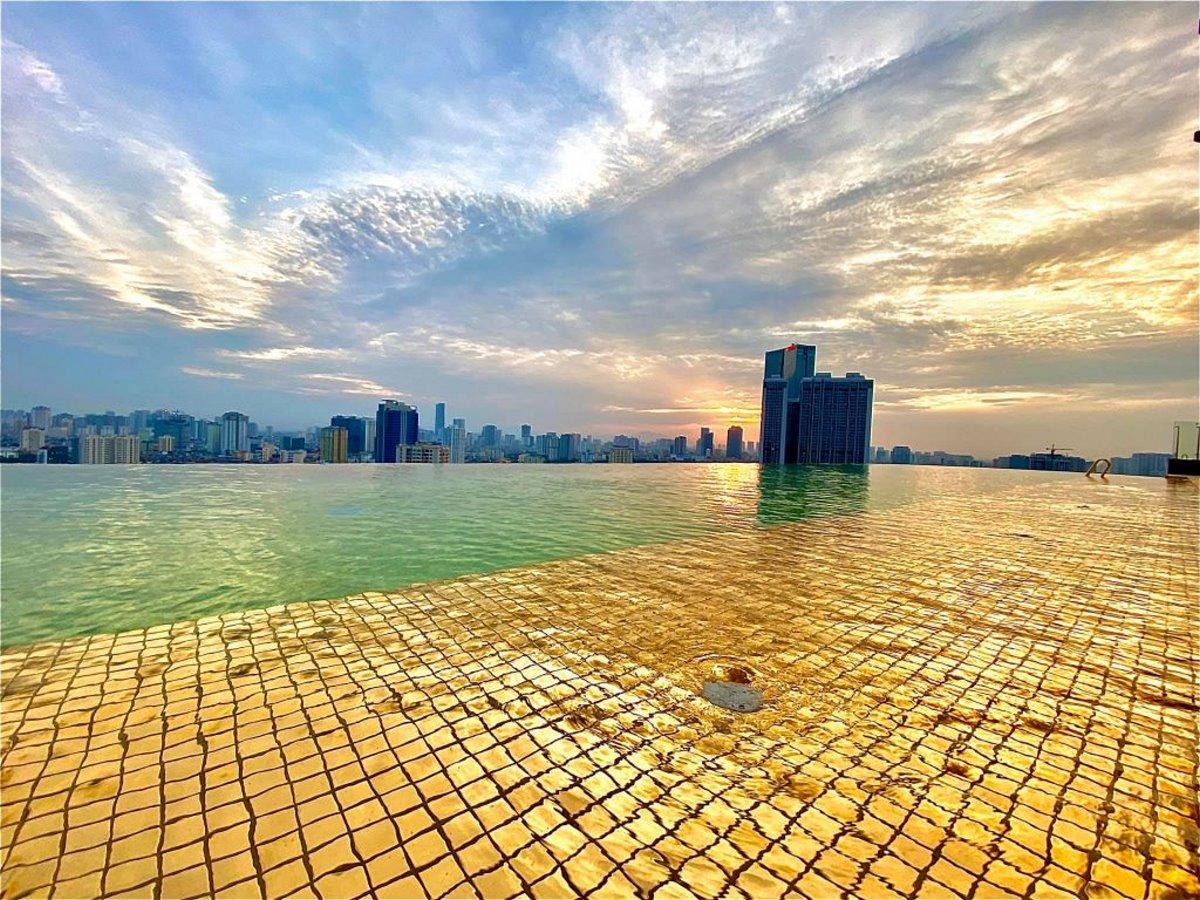 υπέροχη θέα της πόλης από το επίχρυσο ξενοδοχείο