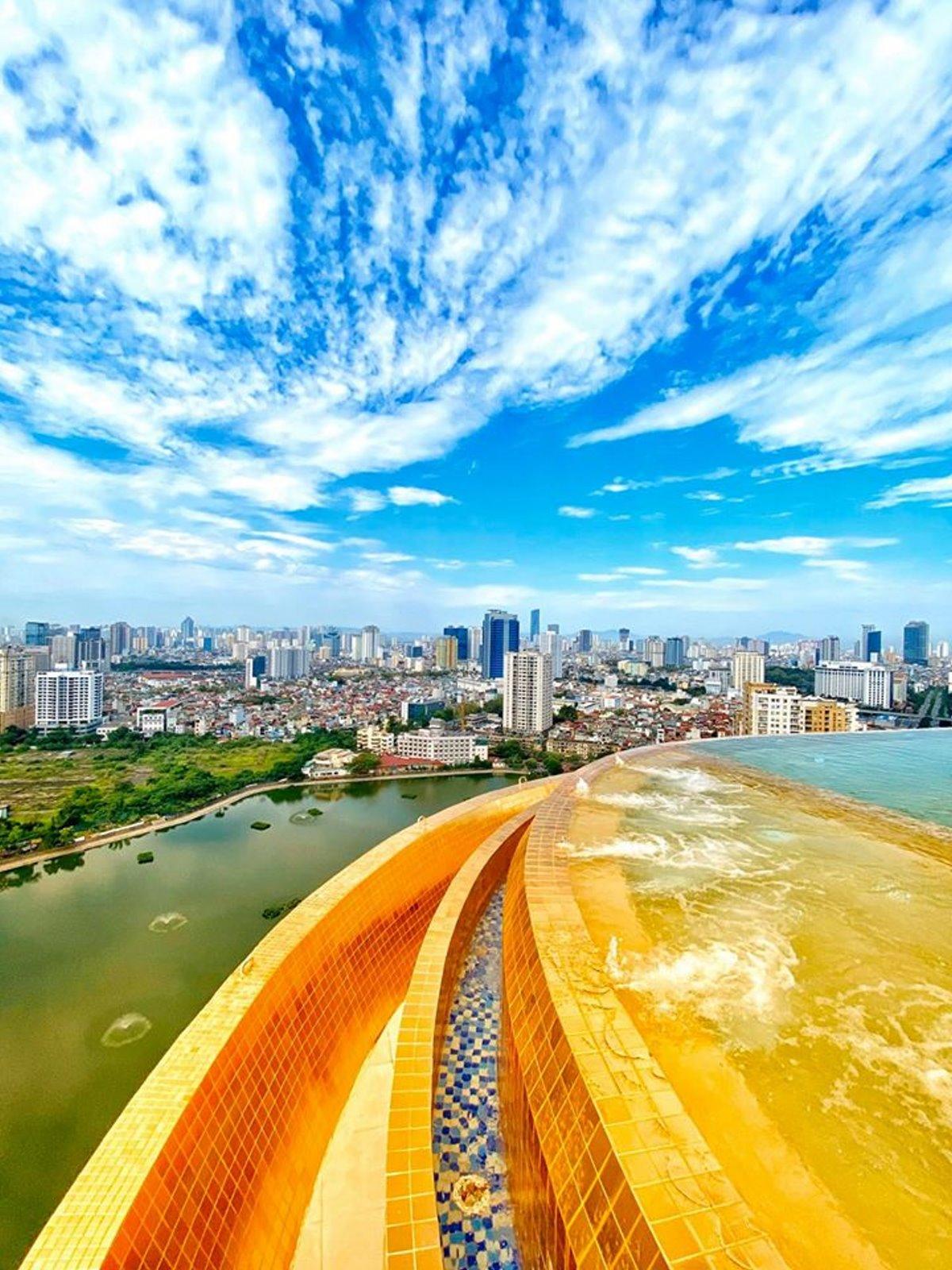 η πισίνα από πλακίδια χρυσού στο ξενοδοχείο στο Ανόι