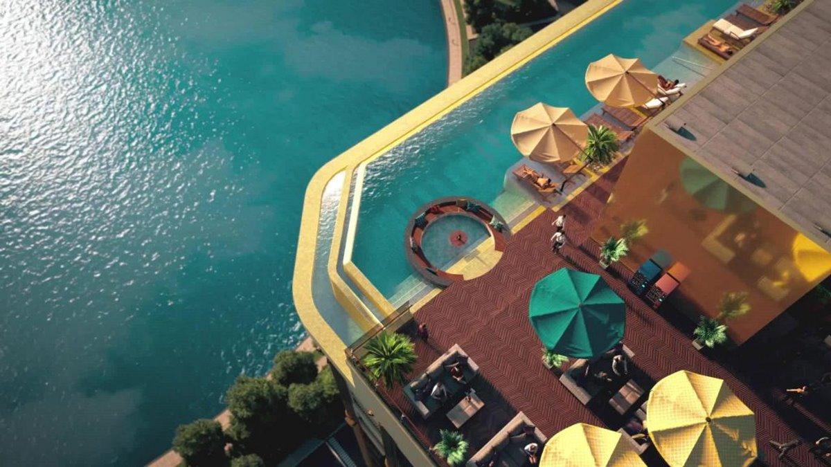 Πανοραμική λήψη της πισίνας στο επίχρυσο ξενοδοχείο