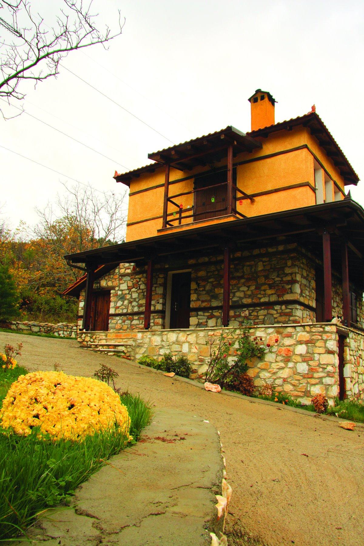 Ελατοχώρι Πιερίας παραδοσιακό σπίτι με λουλούδια στον κήπο