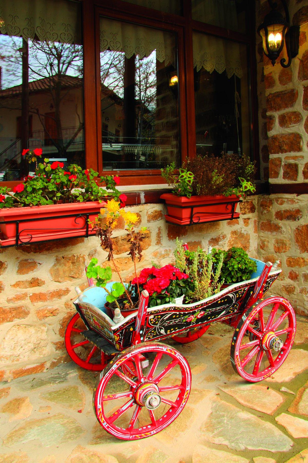 Ελατοχώρι Πιερίας με λουλούδια στα σπίτια