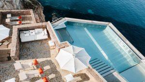 Το πιο luxury ξενοδοχείο της Τοσκάνης ήταν… μεσαιωνικό φρούριο του 16ου αιώνα πάνω στα βράχια!