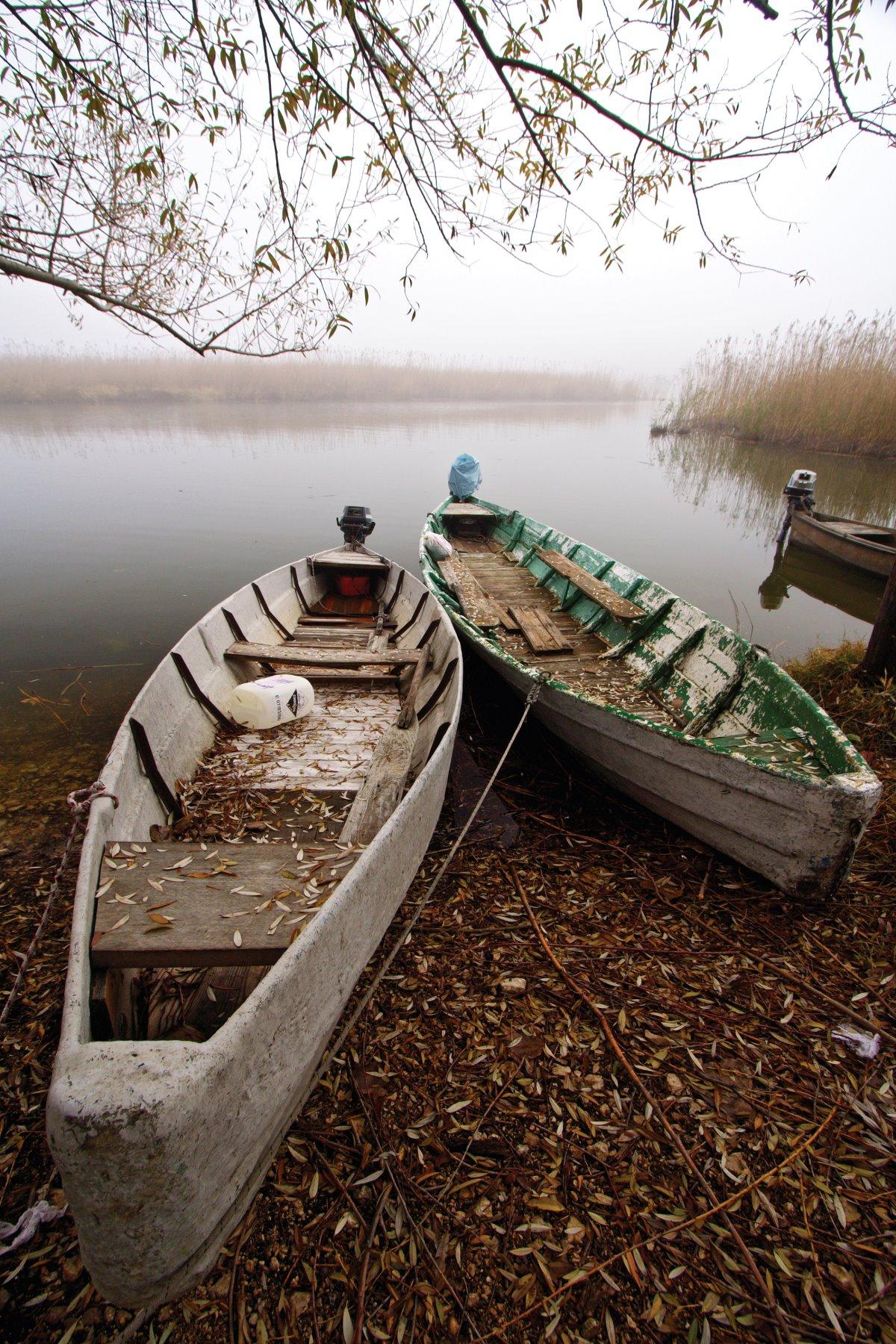 μοναστήρι νησάκι Ιωαννίνων με θέα στις βάρκες της λίμνης