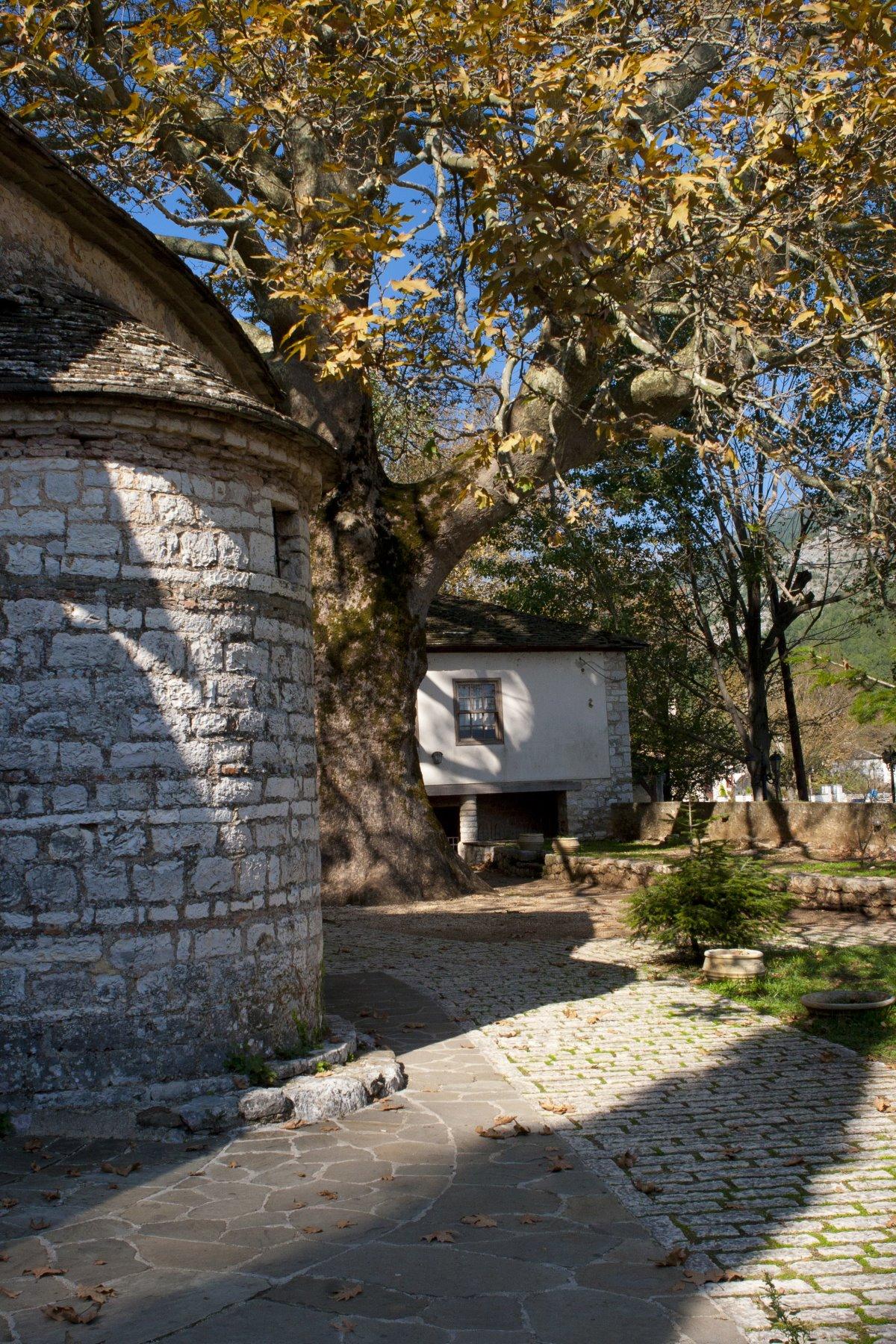 μοναστήρι νησάκι Ιωαννίνων σπάνια τοιχογραφία