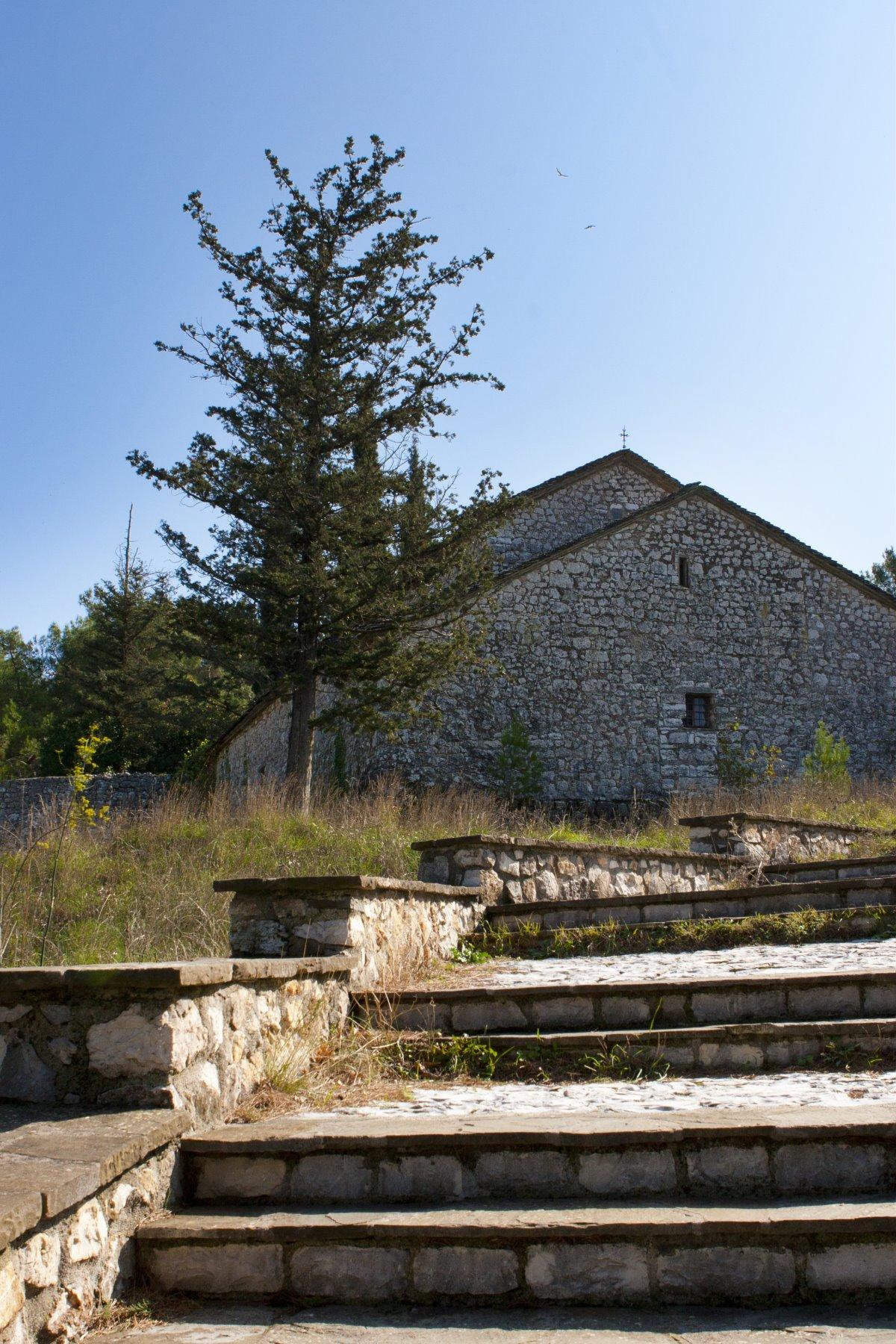 μοναστήρι νησάκι Ιωαννίνων πέτρινο εκκλησάκι