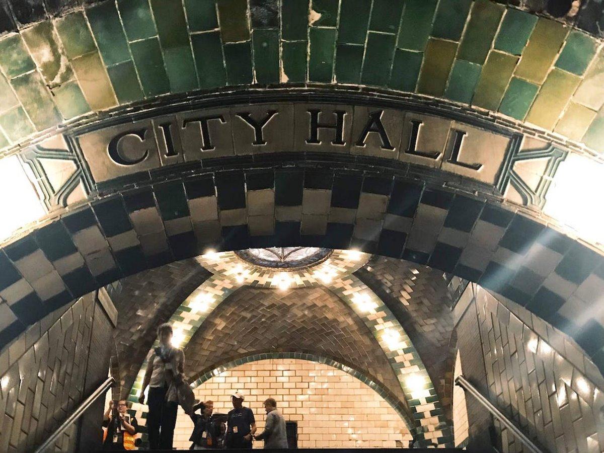 Η είσοδος του εγκαταλελειμμένου δημαρχείου της Νέας Υόρκης