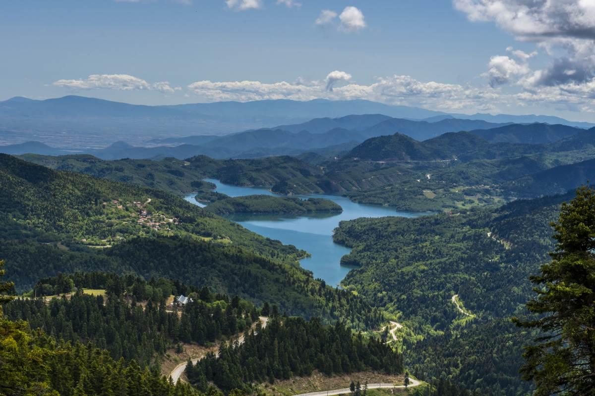 Η θέα στη λίμνη Πλαστήρα από την Ι.Μ. Παναγίας Πελεκητής ή Παναγία των Βράχων
