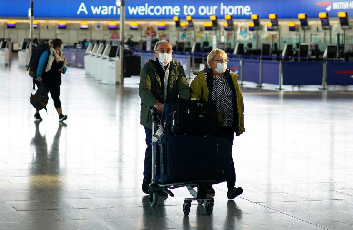 Αεροδρόμιο Χίθροου Λονδίνο πολυσύχναστο επιβάτες με μάσκες