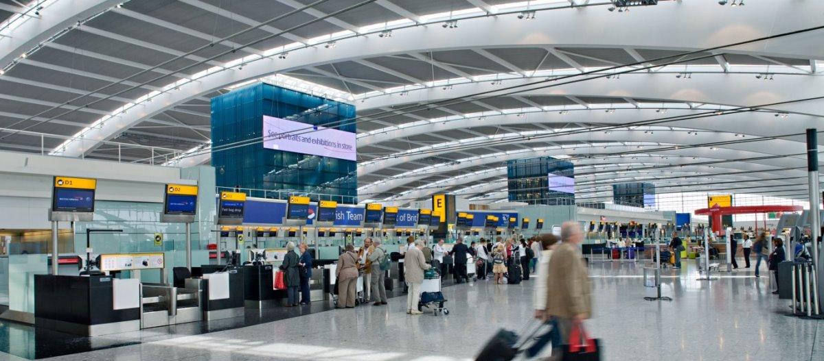 Αεροδρόμιο Χίθροου Λονδίνο πολυσύχναστο επιβάτες στα γκισέ