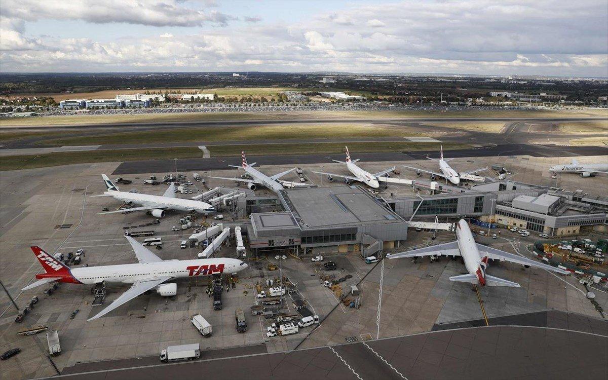 Αεροδρόμιο Χίθροου Λονδίνο πολυσύχναστο επιβάτες πανοραμική λήψη αεροπλάνων