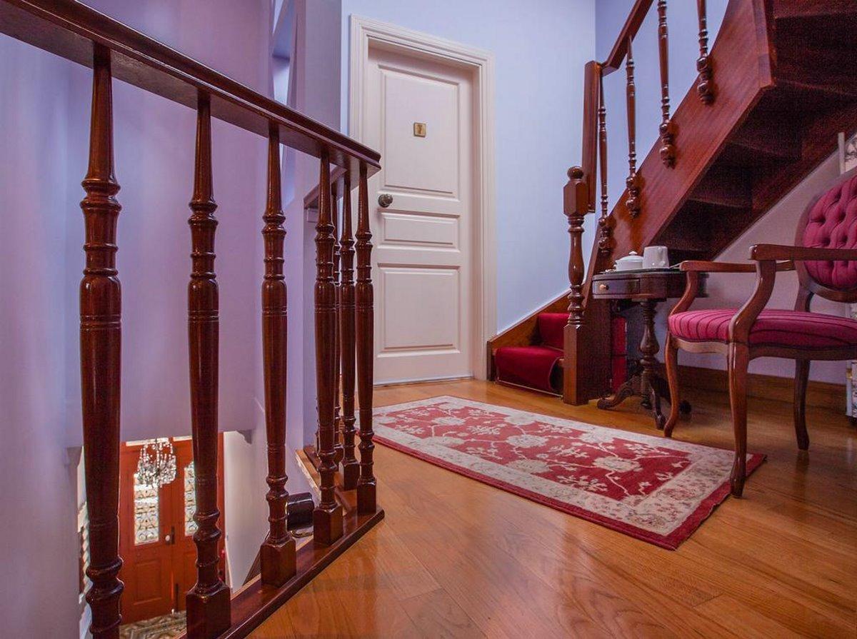 Αέτομα αρχοντικό ξενώνας Ναύπλιο με ξύλινες λεπτομέρειες στο εσωτερικό