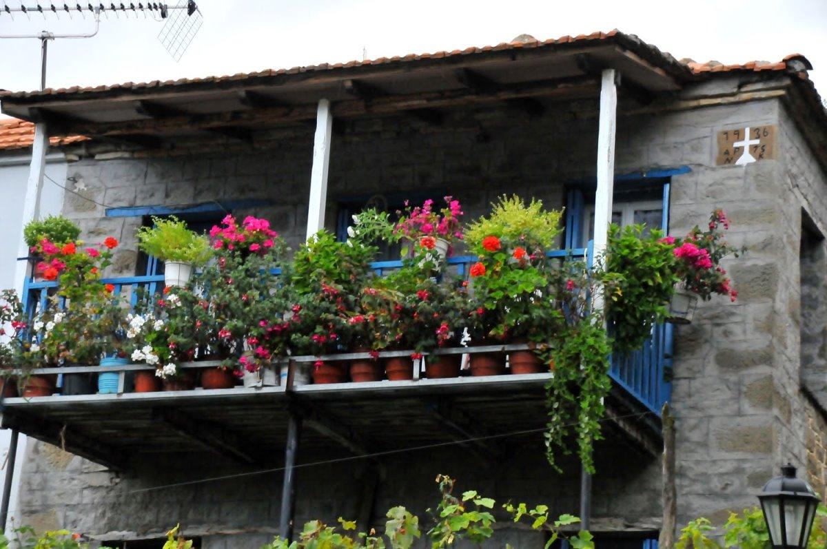 Αράχοβα Ναυπακτίας πέτρινο σπίτι με λουλούδια στο μπαλκόνι