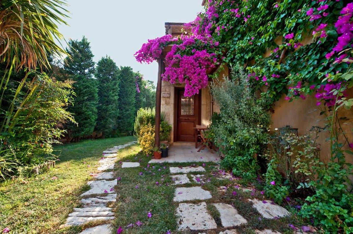 Αρχάνες Κρήτη σπίτι πέτρινο με ανθισμένα λουλούδια