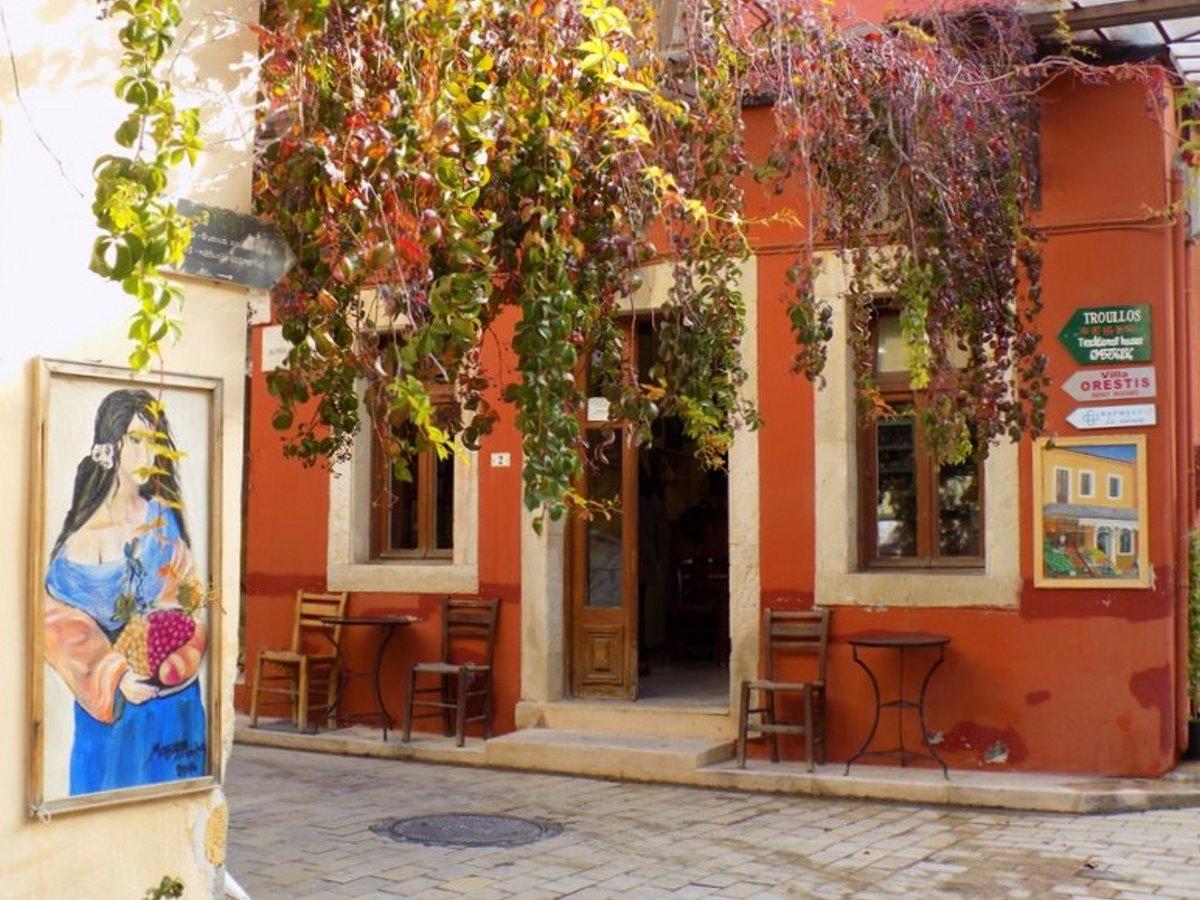 Αρχάνες Κρήτη χρωματιστά σπίτια στα σοκάκια