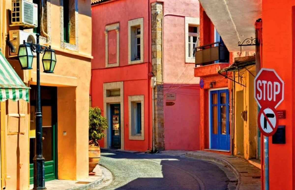 Αρχάνες Κρήτη στενός δρόμος με πολύχρωμα σπίτια