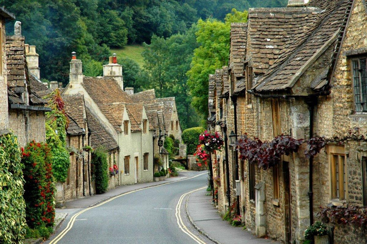 όμορφο σοκάκι στο χωριό cotswolds στην Αγγλία