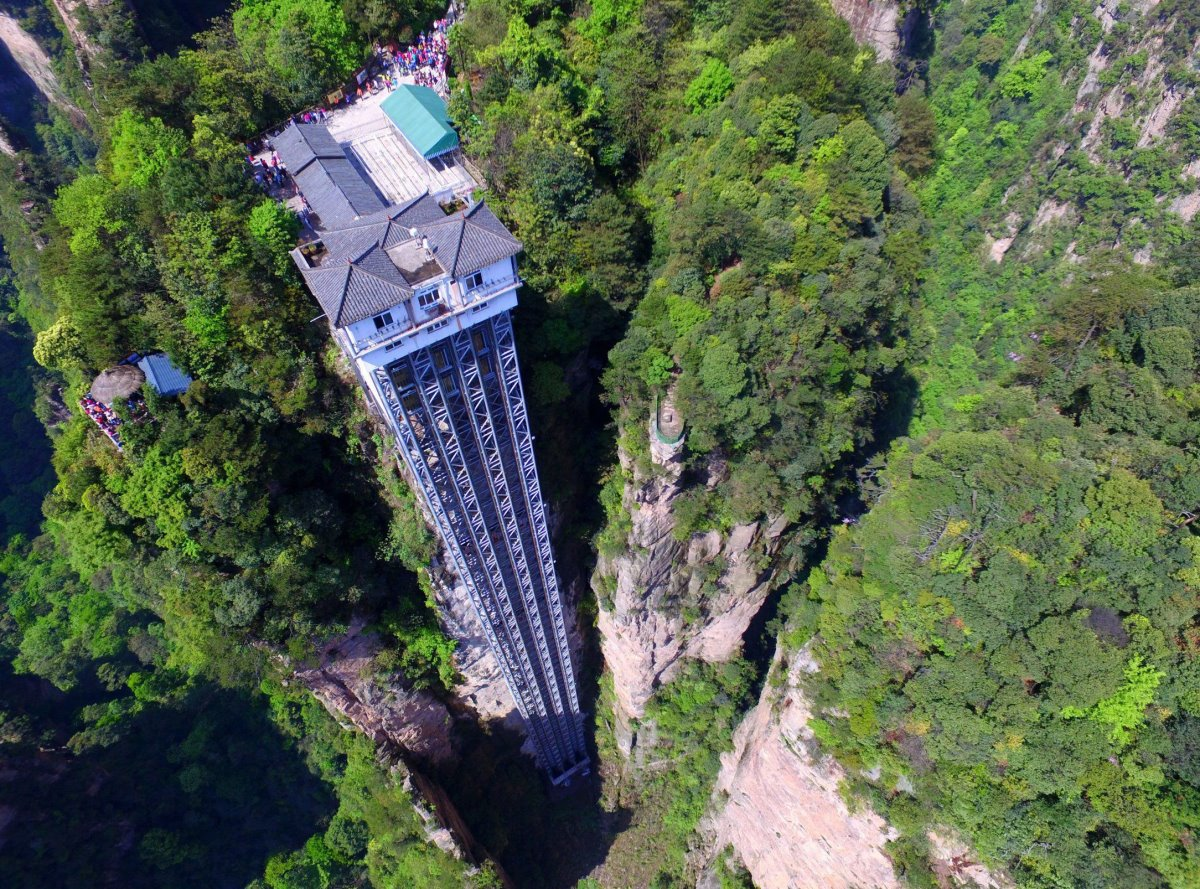 Bailong ασανσέρ στην Κίνα μέσα στο πράσινο