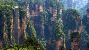 Κίνα: Ανεβαίνουμε στο ψηλότερο ασανσέρ του κόσμου – Στο χείλος ενός γκρεμού, πάνω στα βράχια!