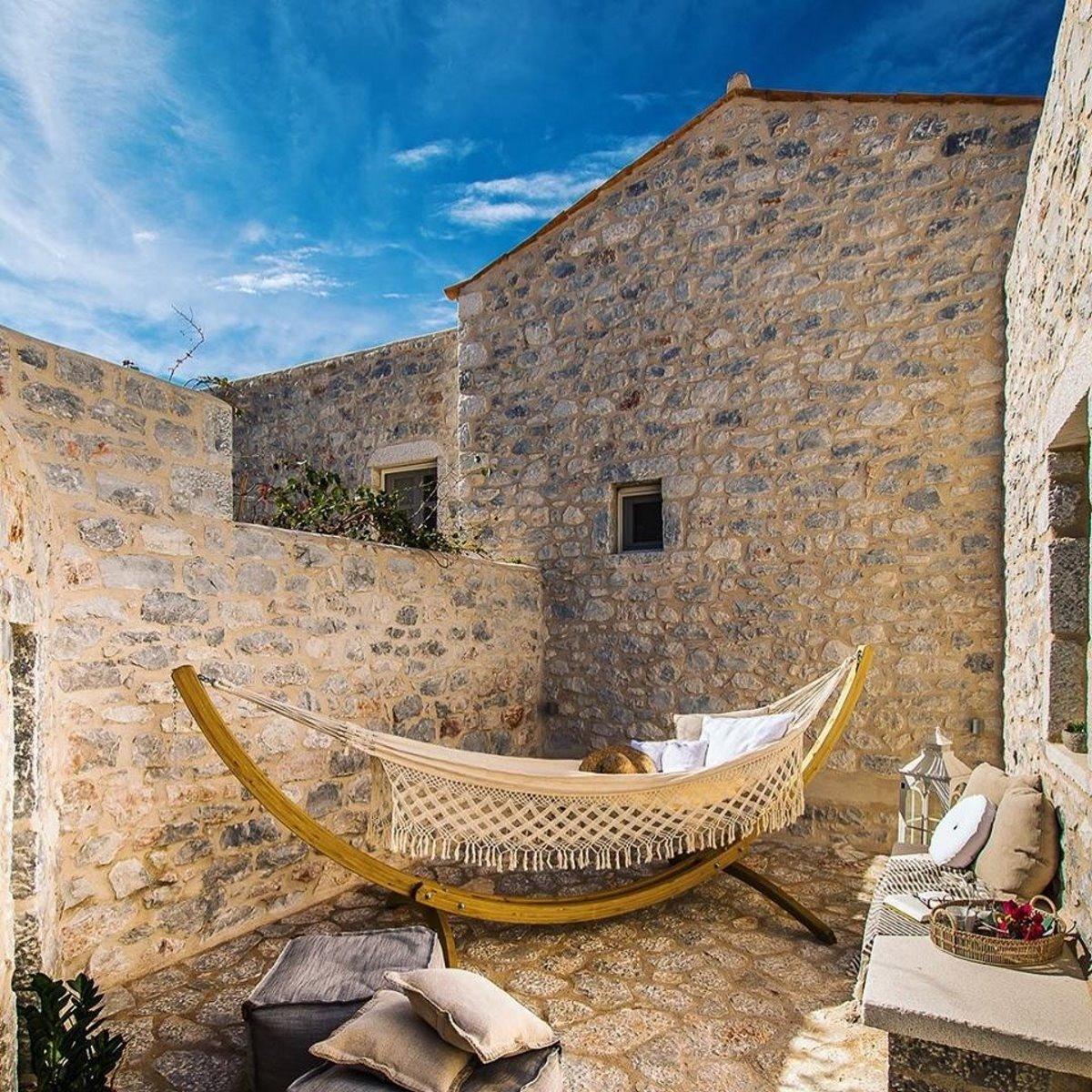Bassa Maina ξενώνας Αρεόπολη με την αιώρα στην βεράντα