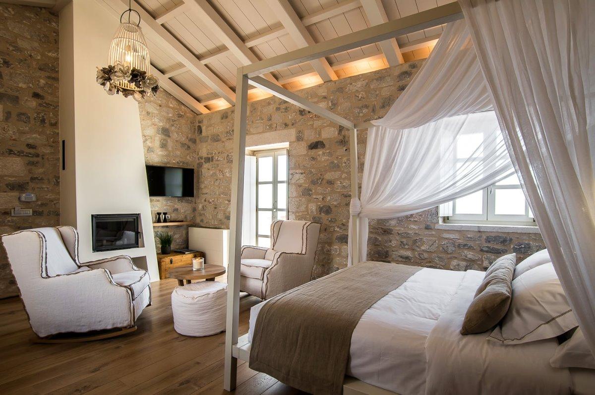 Bassa Maina ξενώνας Αρεόπολη  δωμάτιο με τζάκι