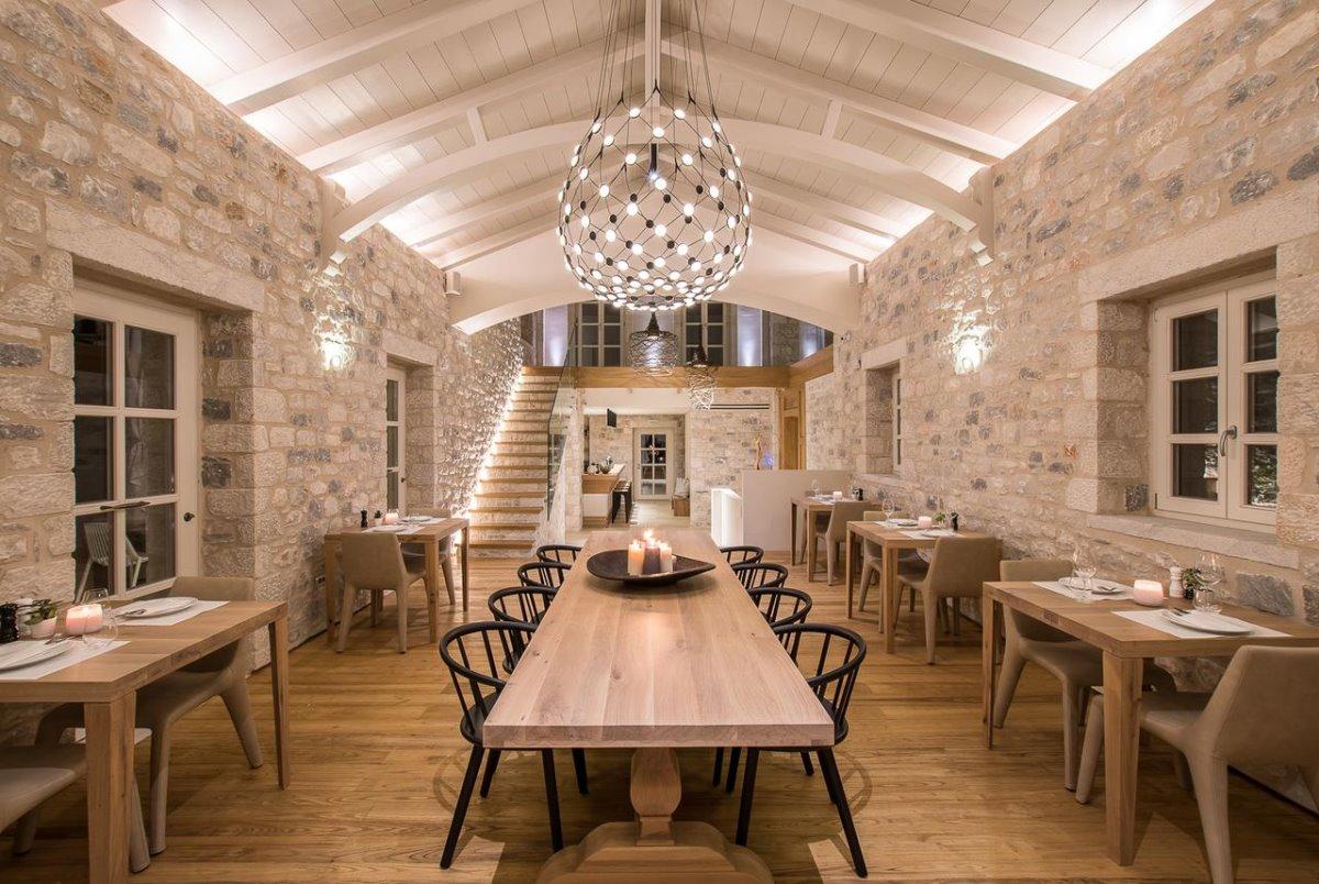 Bassa Maina ξενώνας Αρεόπολη η πολυτελής τραπεζαρία διατηρεί το παραδοσιακό χρώμα