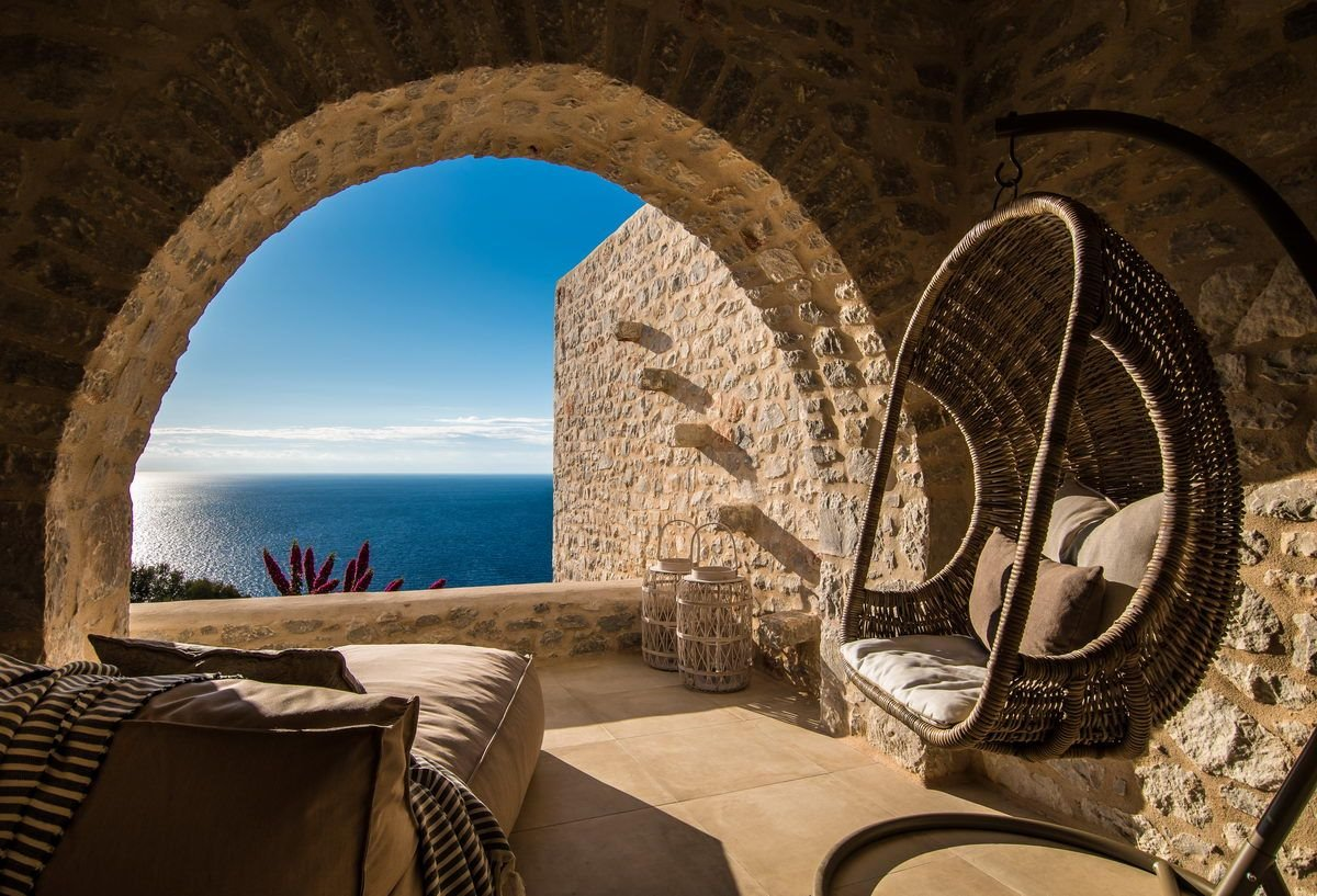 Bassa Maina ξενώνας Αρεόπολη θέα από το πέτρινο παράθυρο