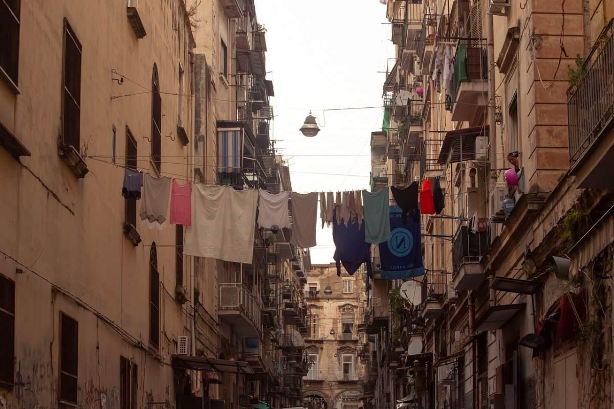 Νάπολη, κτήρια σε στενό δρόμο