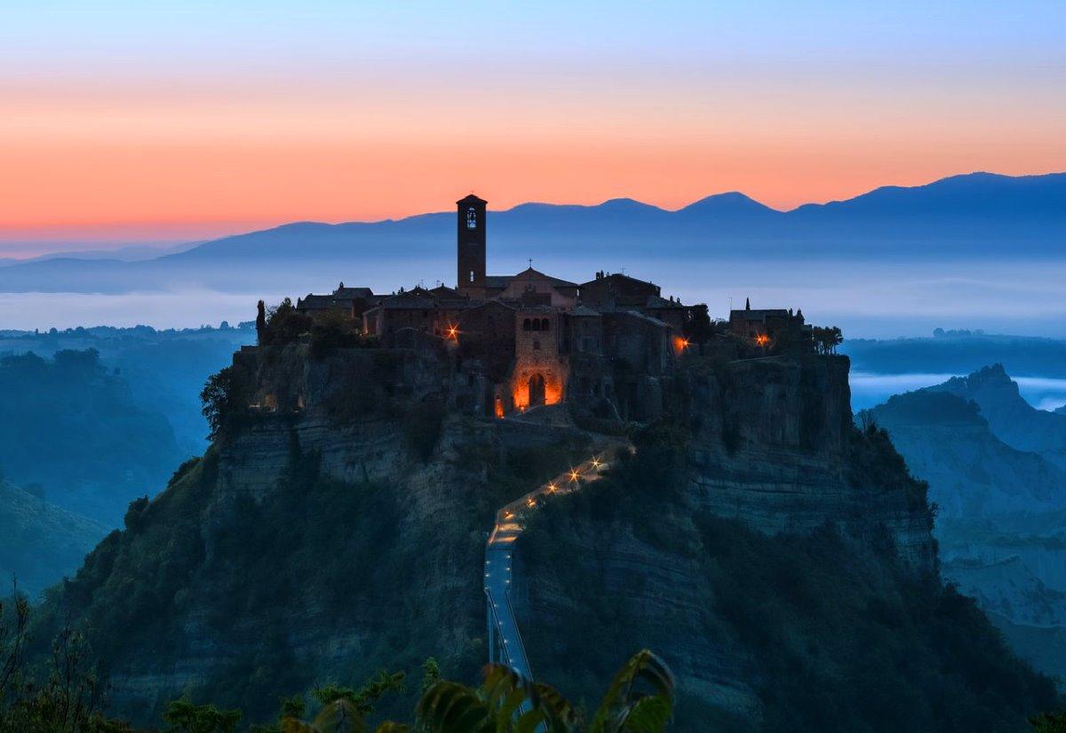Civita di Bagnoregio χρεώνει είσοδο στην πόλη που είναι όμορφη τη νύχτα