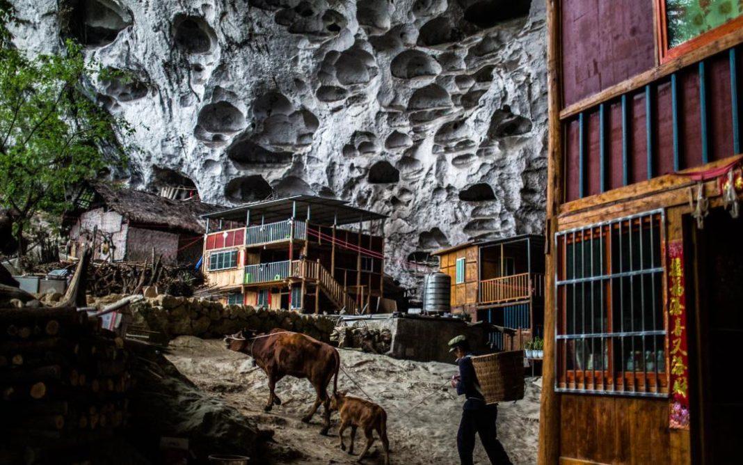 Το χωριό της Κίνας που βρίσκεται μέσα σε σπηλιά