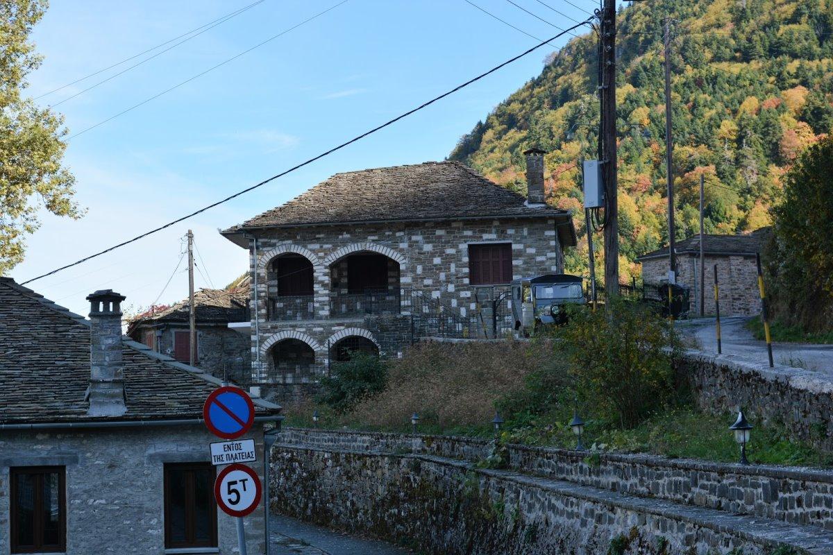 Δίκορφο Ιωαννίνων άγνωστο χωριό σπίτια με κεραμύδια