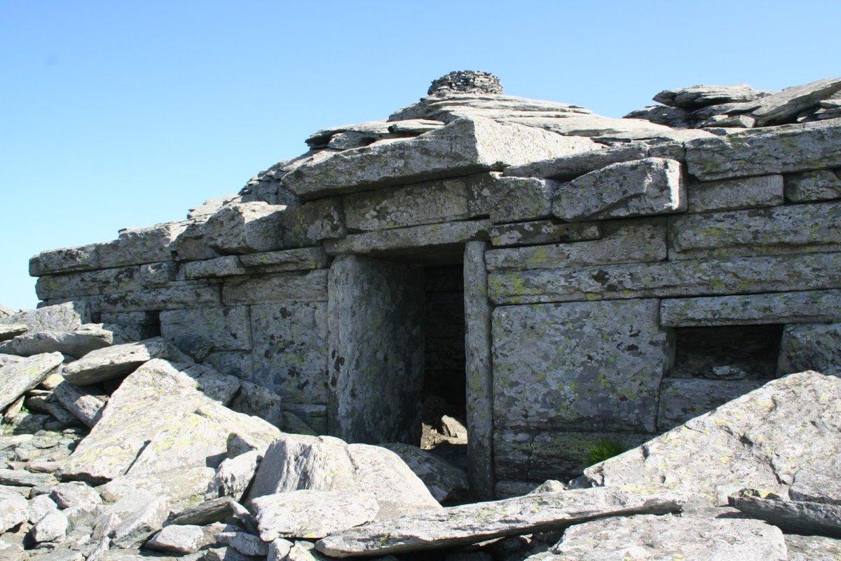 δρακόσπιτο εύβοια θρύλος με την κατασκευή από πέτρες