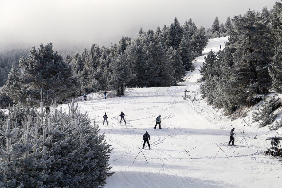 Ελατοχώρι Πιερίας το υπέροχο χιονοδρομικό με σκιέρ
