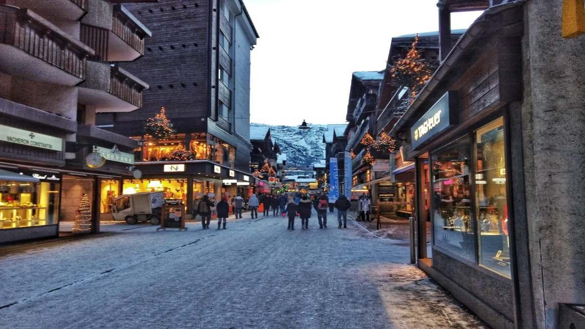 Ελβετία δρόμος με καταστήματα που δεν θα έχουν lockdown