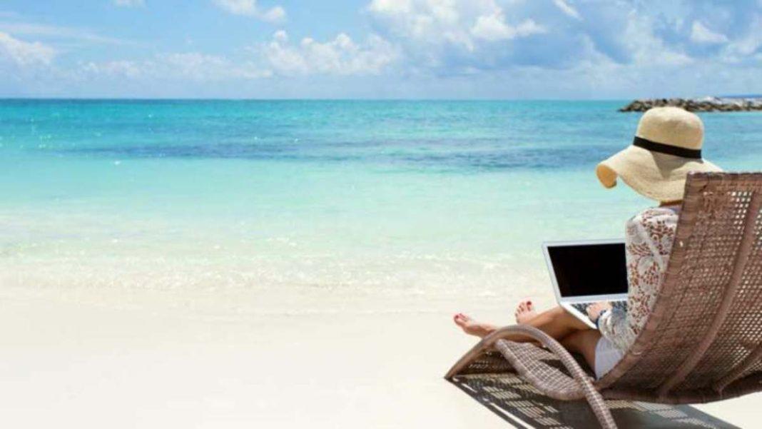 Εργασία στην παραλία με το λάπτοπ