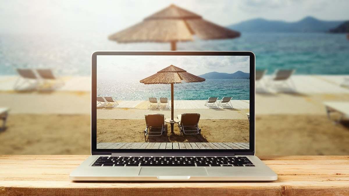 λάπτοπ στην παραλία για εργασία