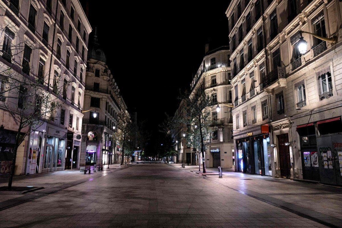 κορονοϊός Γαλλία απαγόρευση κυκλοφορίας άδειοι δρόμοι τη νύχτα