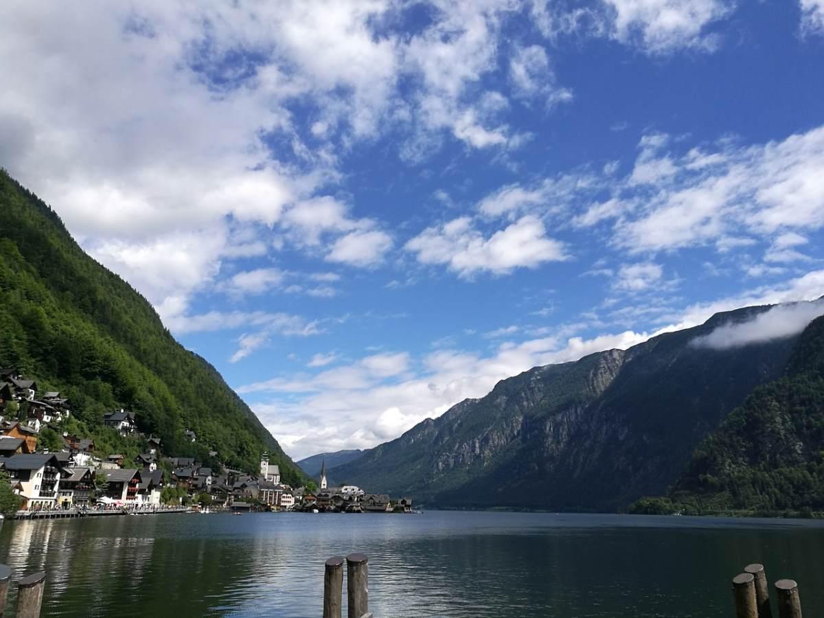 Υπέροχο το τοπίο της λίμνης στο Χάλστατ