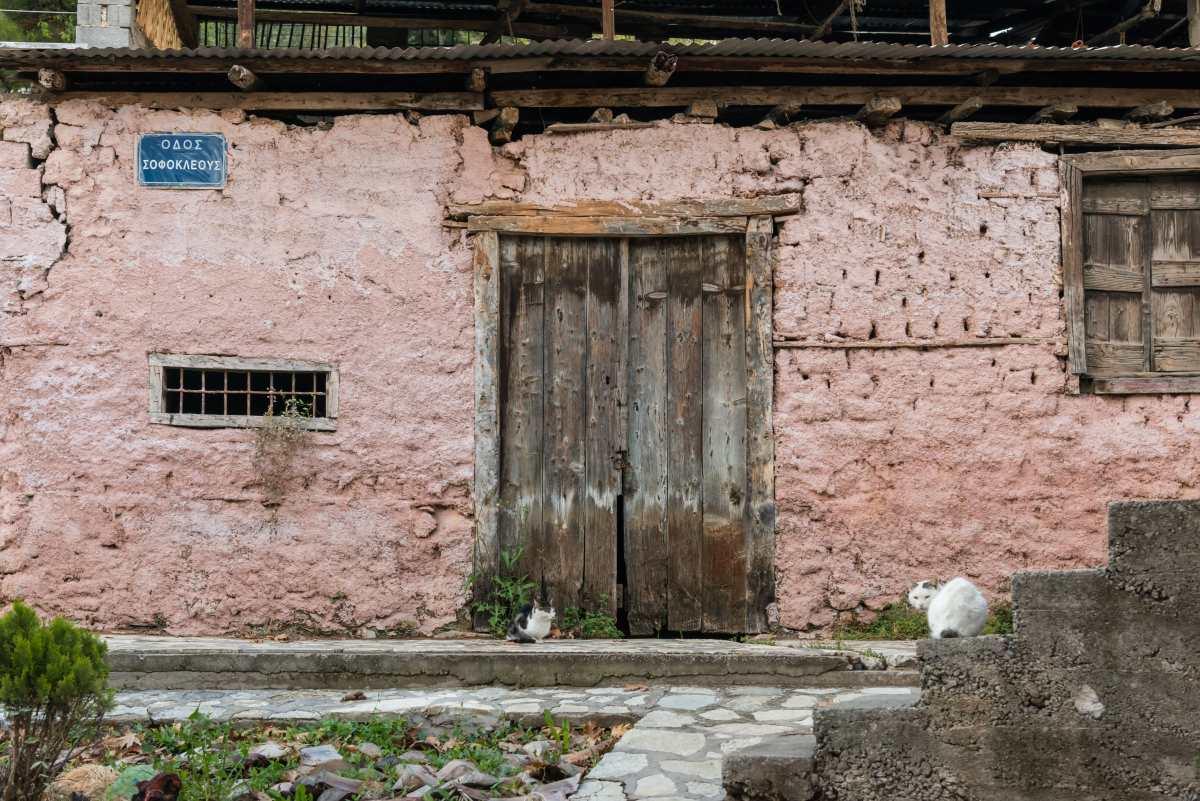 Συνοικία Χάρμαινα, εγκαταλελειμμένο κτήριο