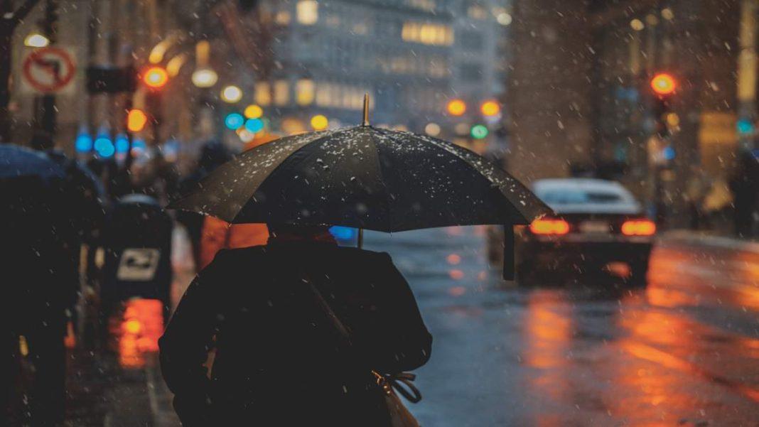 καιρός βροχές κέντρο πόλης με ομπρέλα