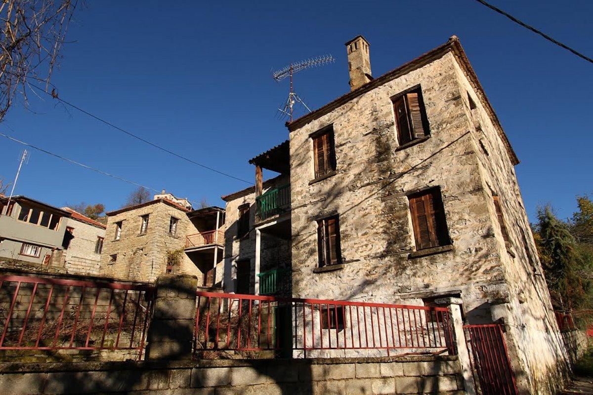 Καλλονή Γρεβενών με παραδοσιακά σπίτια από πέτρα