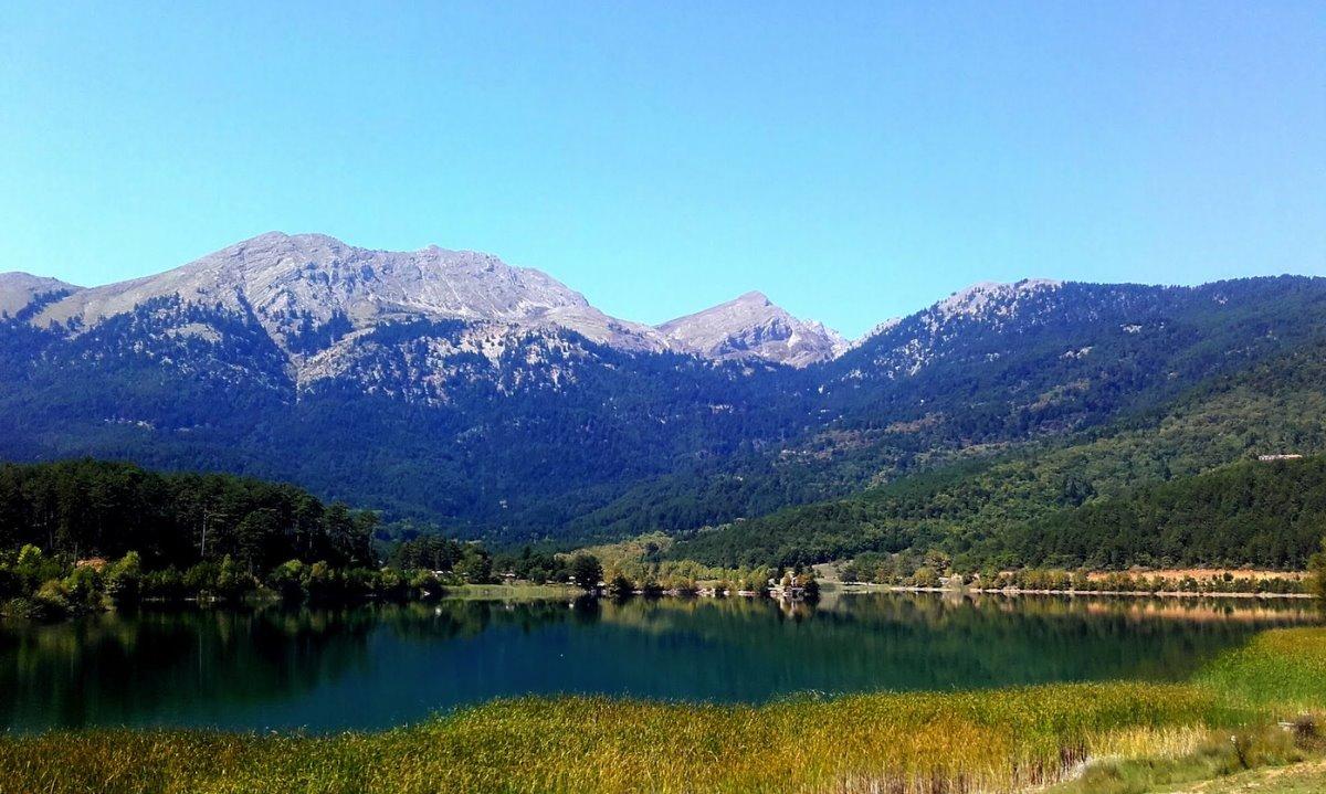 Λίμνη Δόξα πανοραμική στο υπέροχο τοπίο που θυμίζει Ελβετία