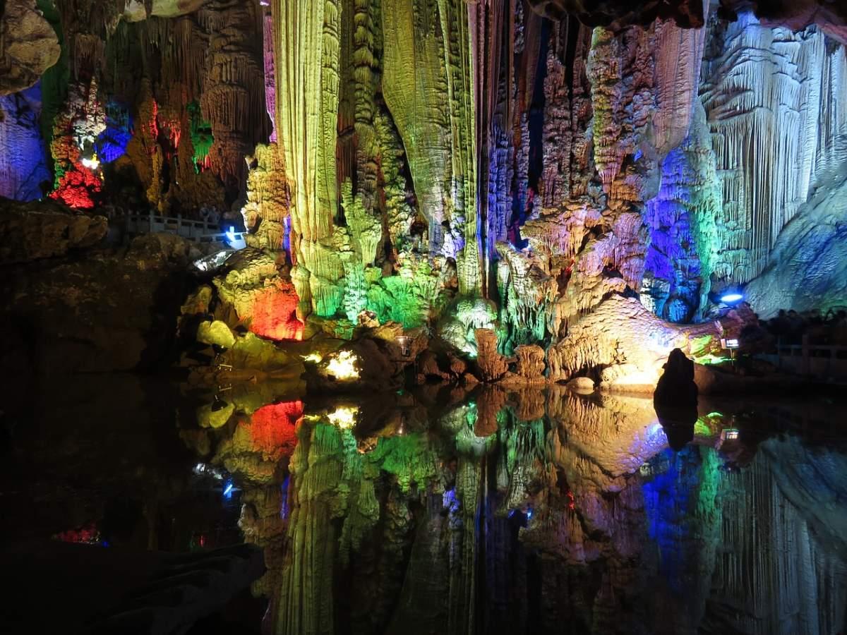 Μέσα σε σπήλαιο στο Γκουιλίν, Κίνα