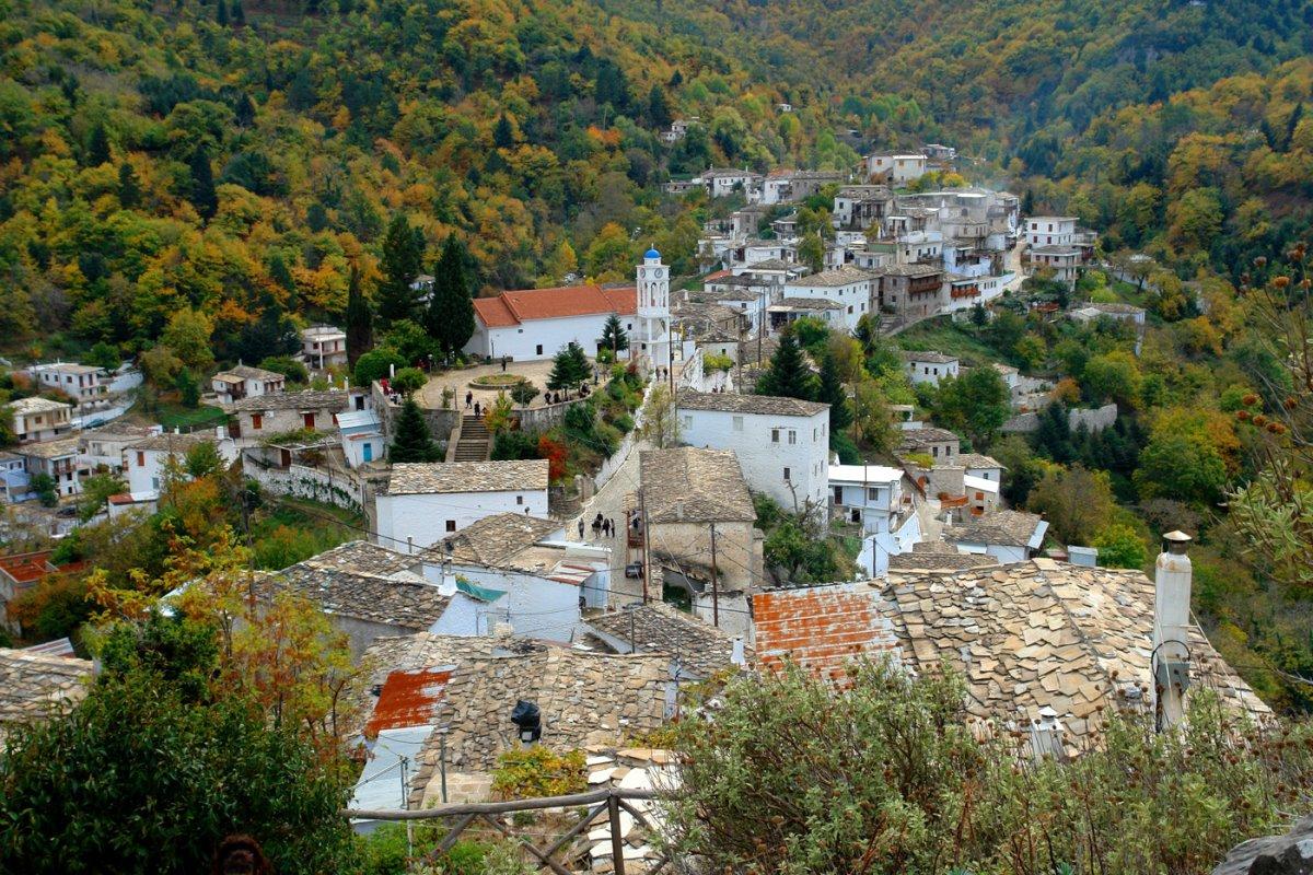 γραφικά χωριά πελοποννήσου με την όμορφη καστάνιτσα μέσα στο πράσινο