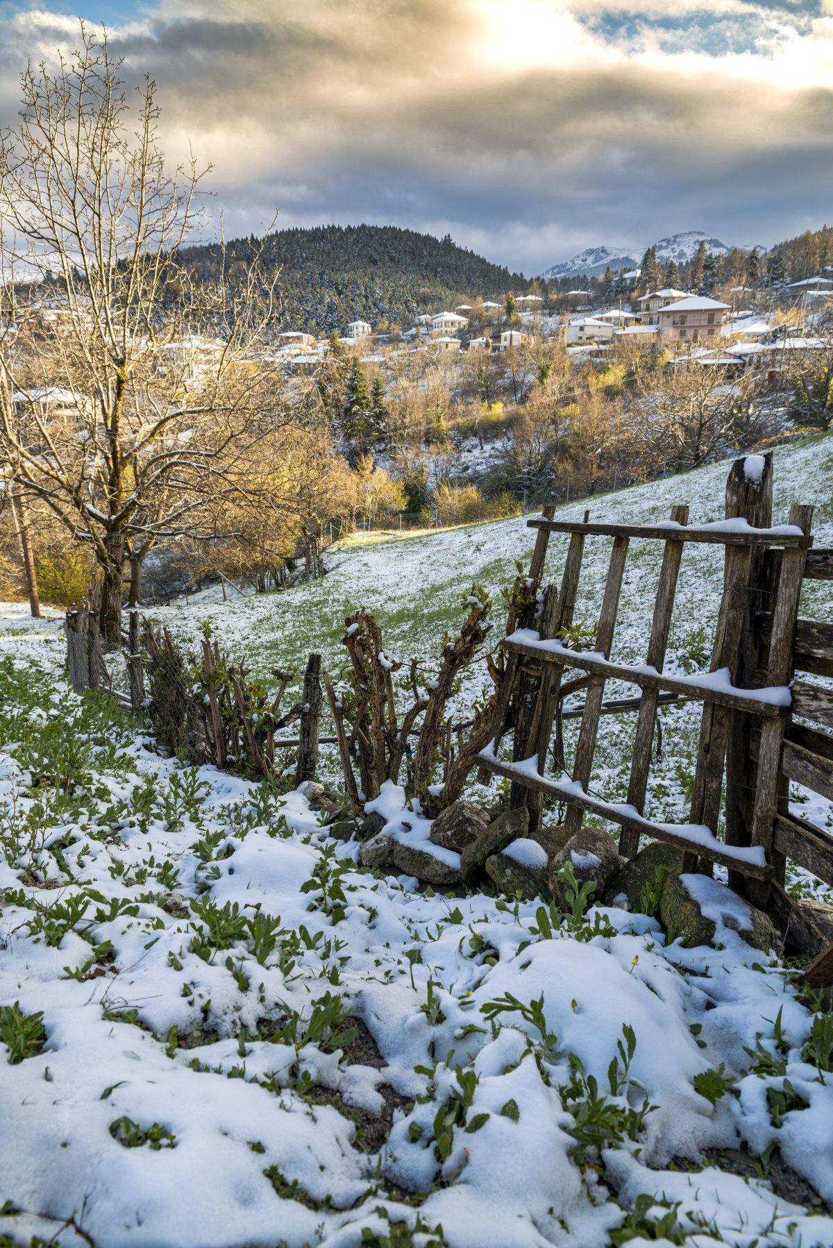 Χιονισμένο χωριό στη Λίμνη Πλαστήρα